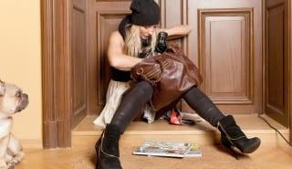 frau sucht schlssel in handtasche